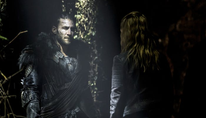 Zach McGowan as Roan and Eliza Taylor as Clarke in 'The 100' Season 4