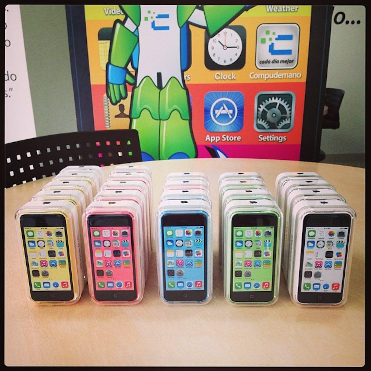 Quieres uno de estos iPhone 5c?. Simplemente síguenos en Instagram y haz un screenshot de tu follow, luego haz un tag a @compudemano #iphone5c #colors #apple #cadadiamejor #concurso