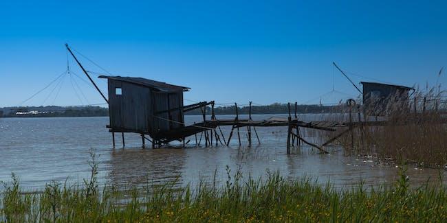 https://www.twin-loc.fr Pauillac - Gironde - Cabanes de pêcheurs sur l'estuaire de la Garonne - Picture Image Photography