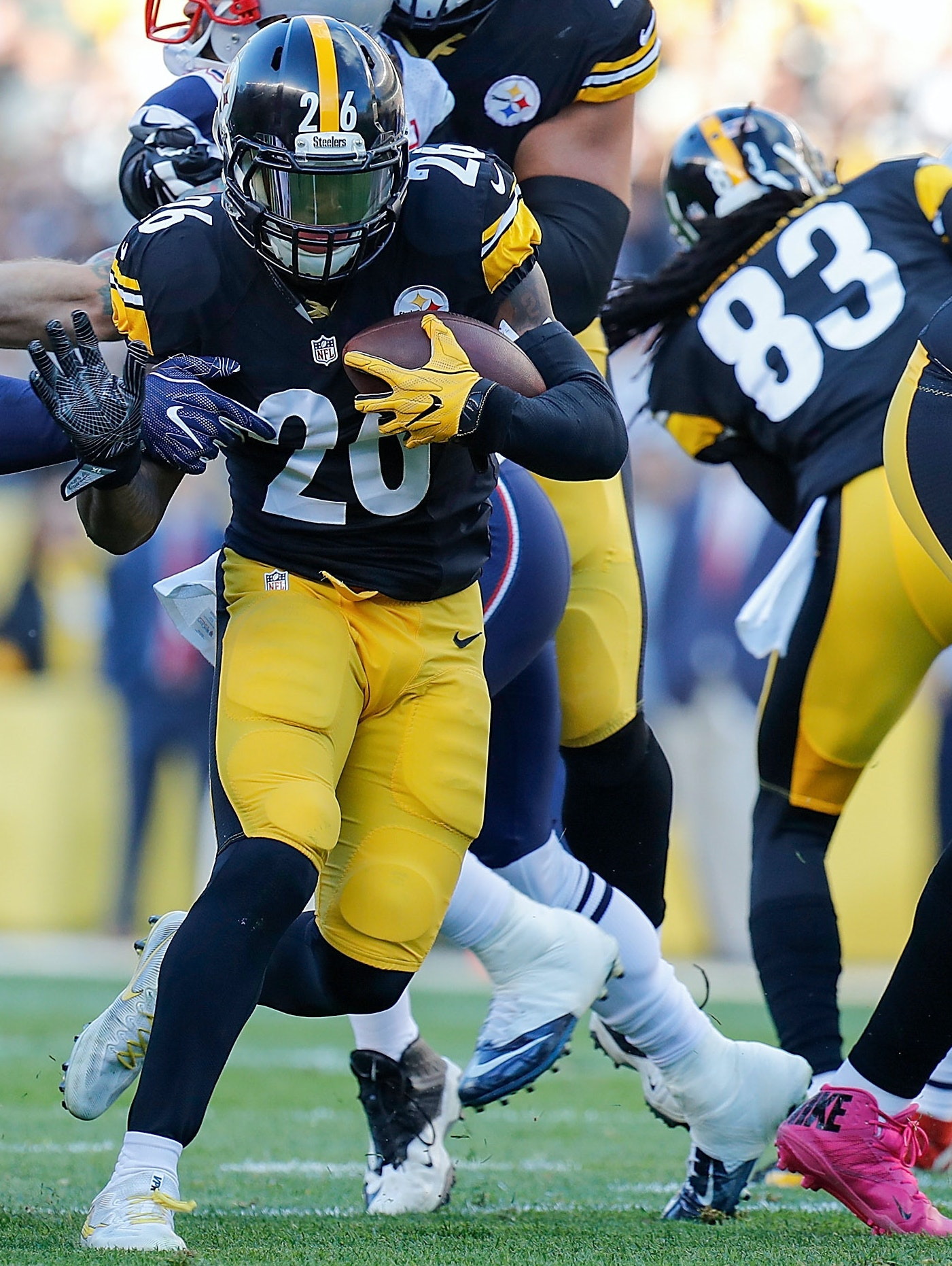 Le'Veon Bell of the Pittsburgh Steelers rushes against the Patriots, creating new statistics.