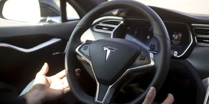 Tesla smetta di ingannare gli utenti col termine Autopilot. Monito da Berlino