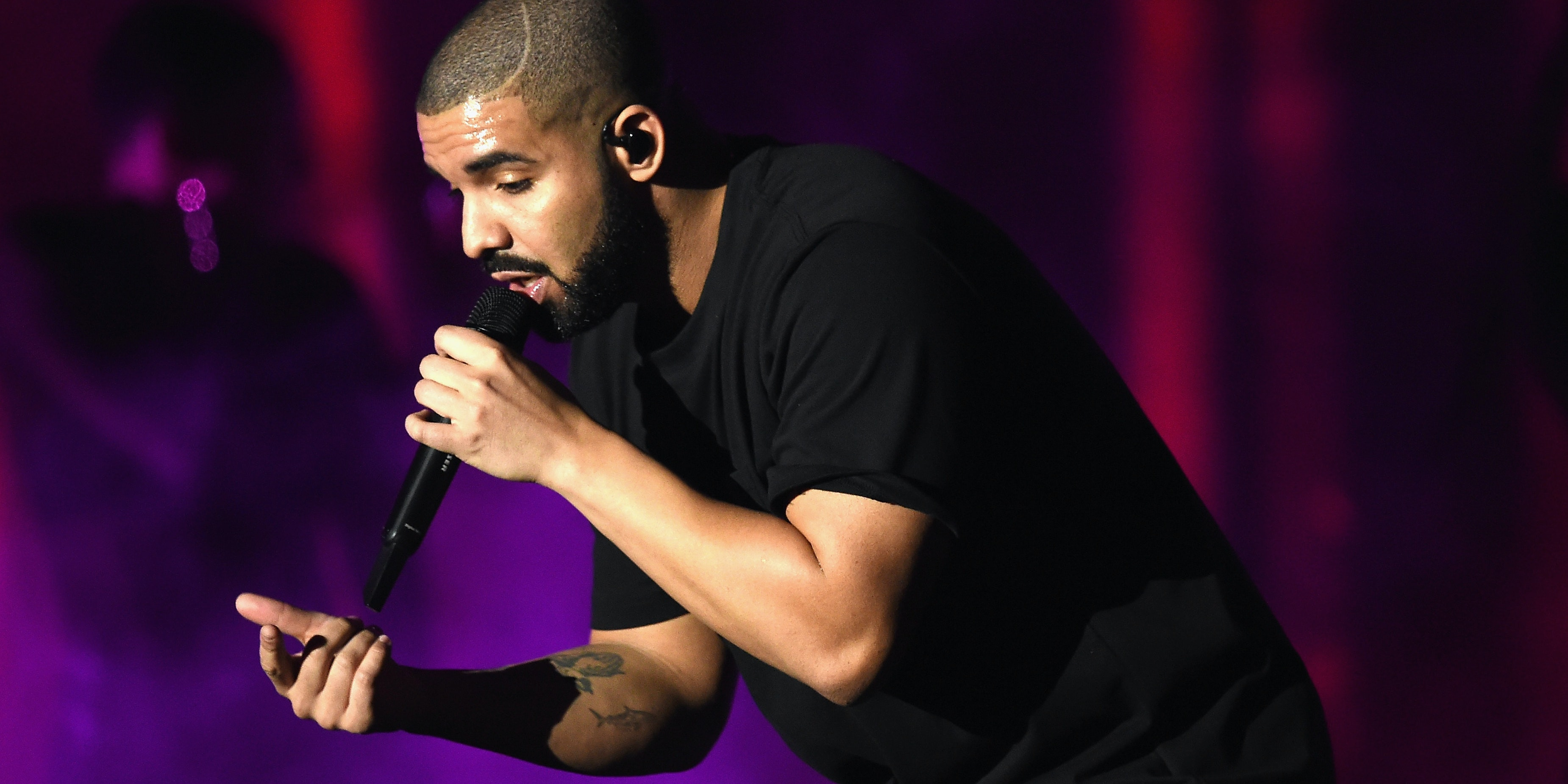 LAS VEGAS, NV - SEPTEMBER 23:  Recording artist Drake performs onstage at the 2016 iHeartRadio Music Festival at T-Mobile Arena on September 23, 2016 in Las Vegas, Nevada.  (Photo by Kevin Winter/Getty Images)