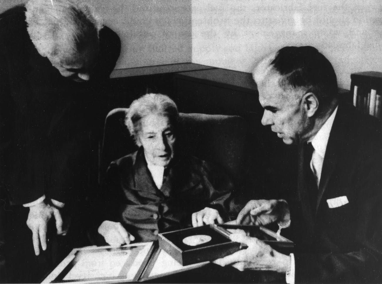 Meitner received the Enrico Fermi Award in 1966. Her nephew Otto Frisch is on the left.