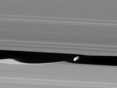 Cassini Snaps Breathtaking View of Saturn's 'Wavemaker' Moon Daphnis