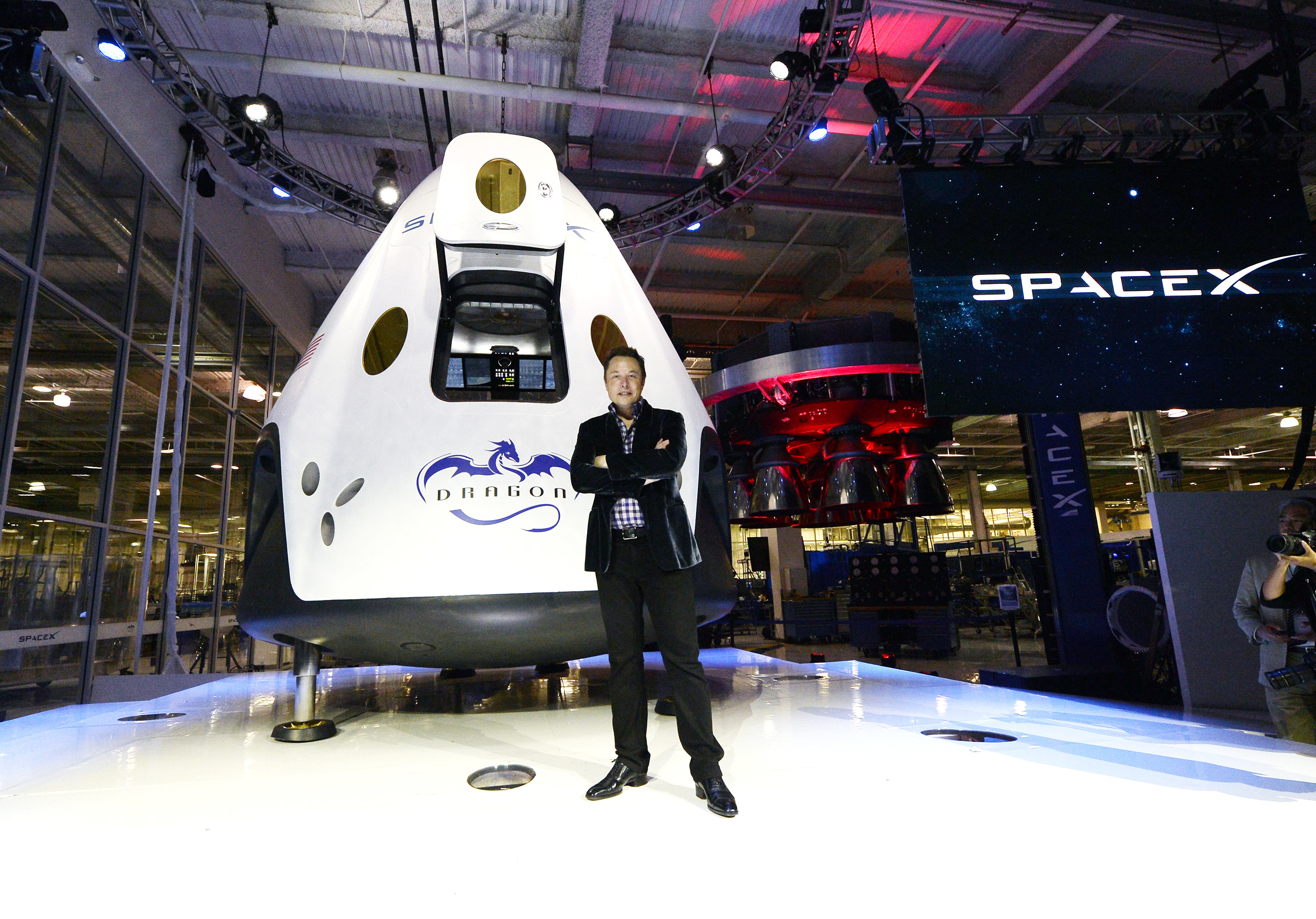 SpaceX 'to fly 2 people to moon in 2018'