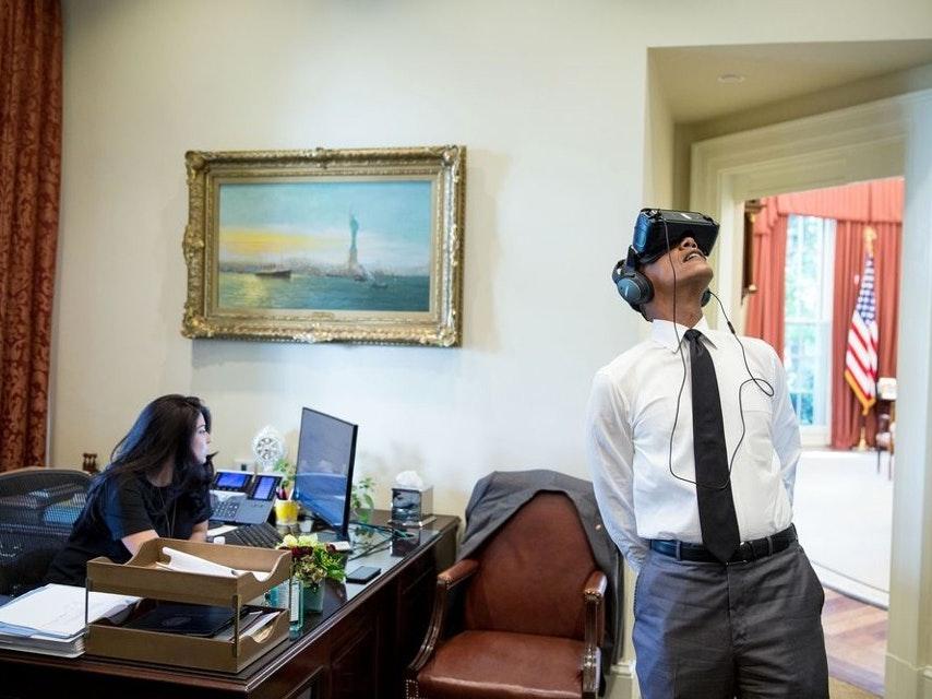 Obama tries Oculus Rift.