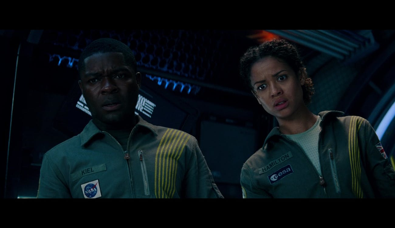 Kiel (David Oyelowo) and Hamilton (Gugu Mbatha-Raw) aboard the Cloverfield Space Station.