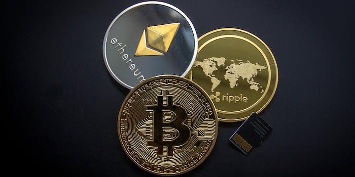 Bitcoins auf einer Hauptplatine und Computerteilen