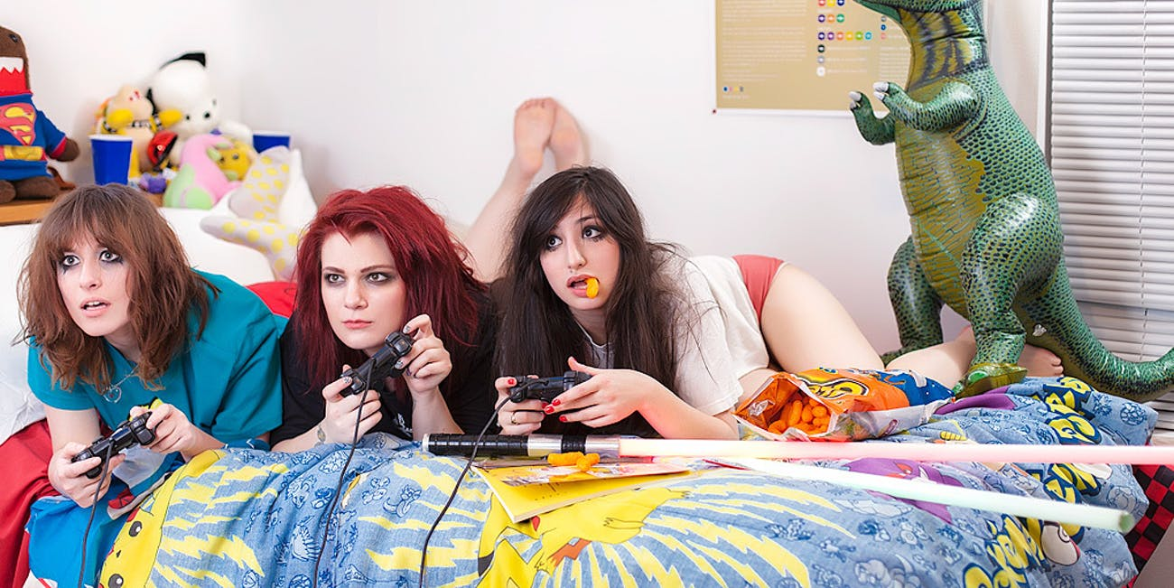 Teen Girls Playing Video Games Online Stay Quiet | Inverse