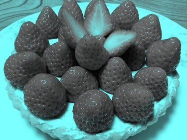 The Latest Optical Illusion Stumping the Internet Is This Photo of Strawberries