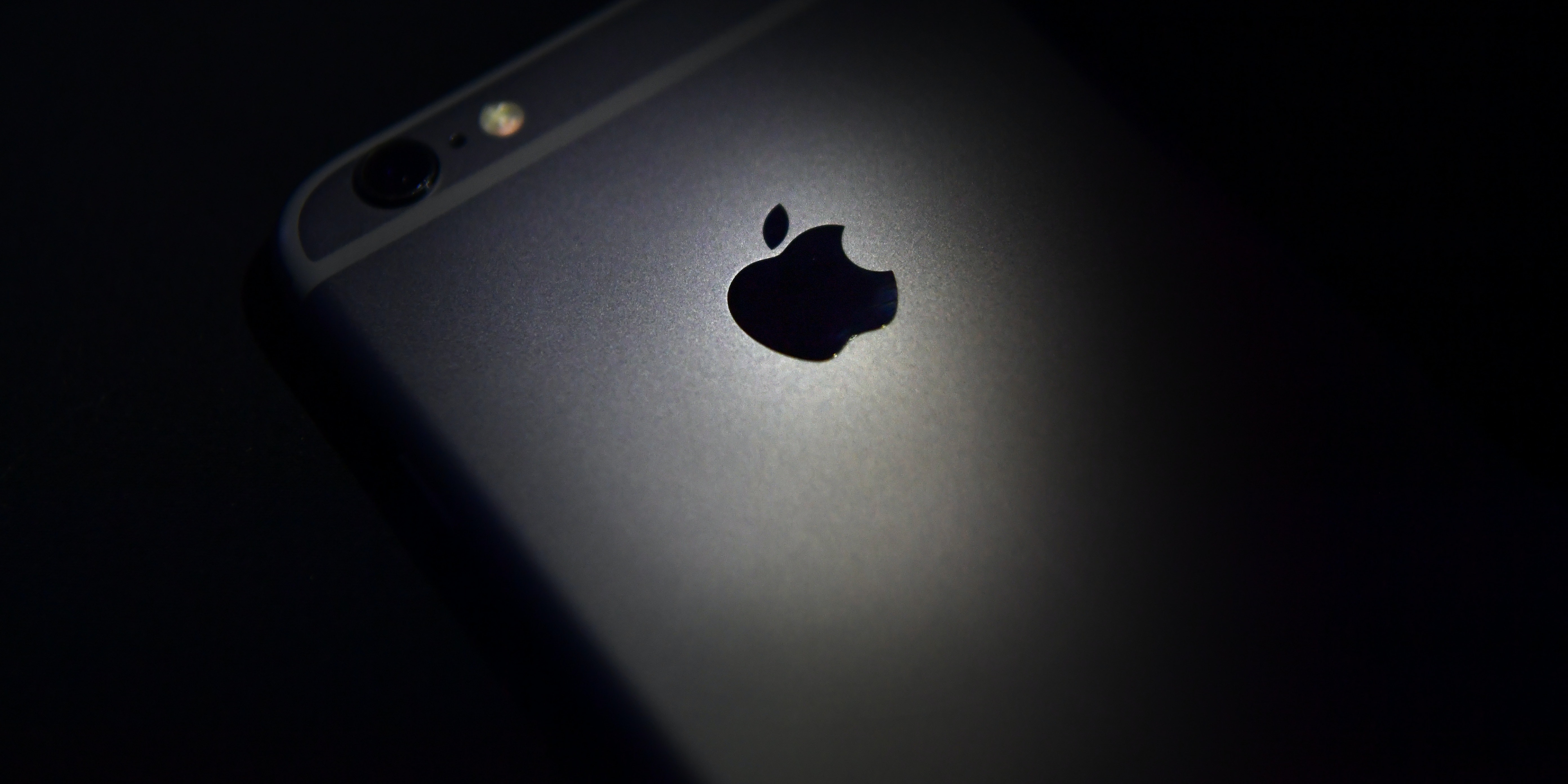 LONDON, ENGLAND - AUGUST 03:  The Apple logo is displayed on the back of an iPhone on August 3, 2016 in London, England.  (Photo by Carl Court/Getty Images)