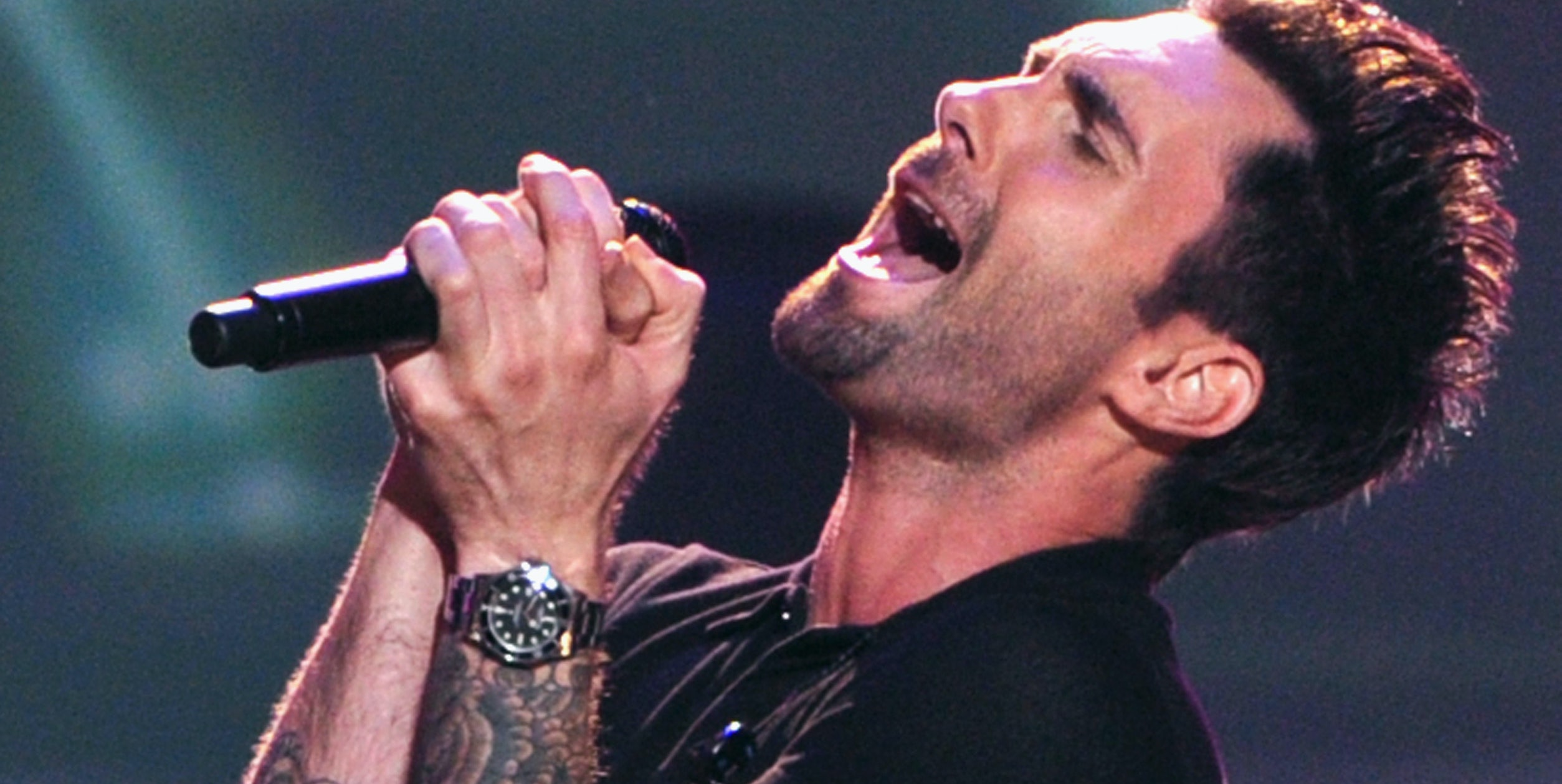 Adam Levine makes ya swoon with his body ink screaming his health to the world.