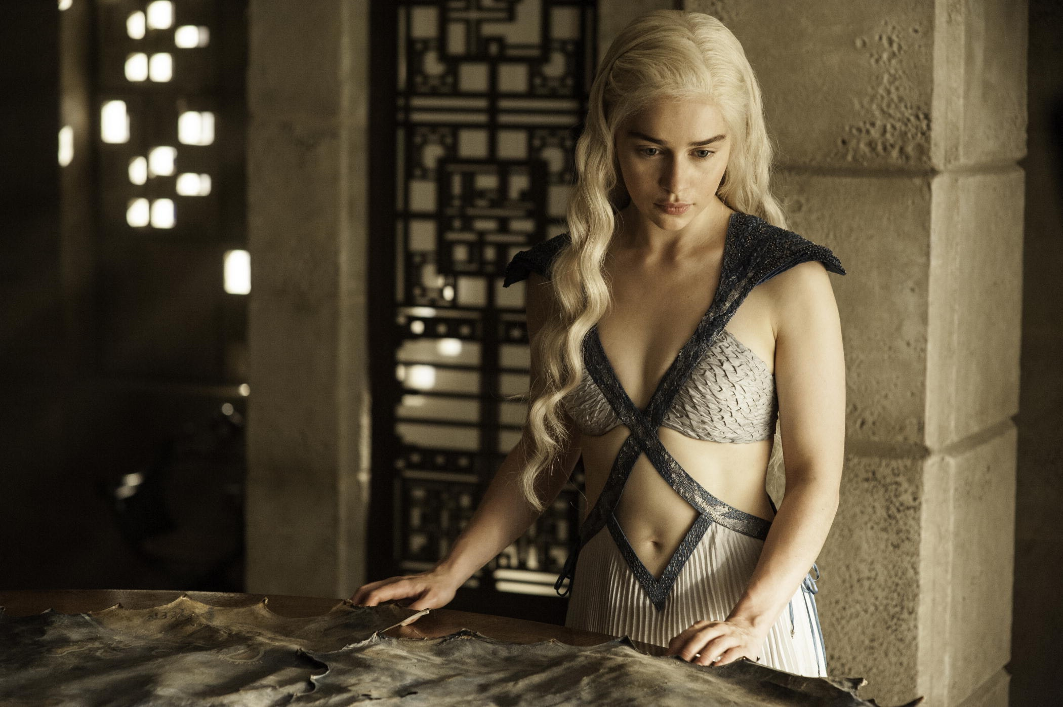 Extremely Hot Game of Thrones' Star Emilia Clarke Says She Never' Gets HitOn