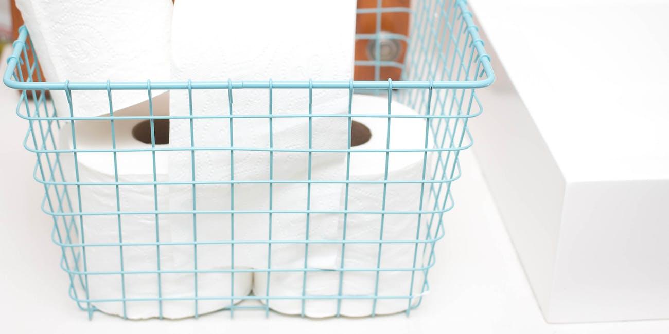 Toilettenpapier in einem Drahtkorb - Badezimmerablage