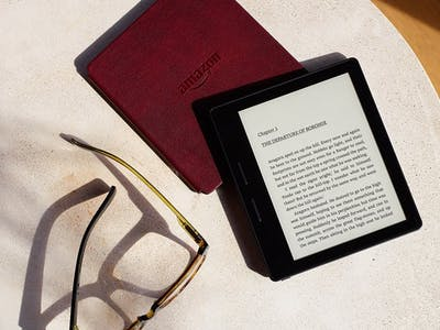 Single Amazon Kindle Oasis Charge Powers the Weirdly Square e-Reader for Months