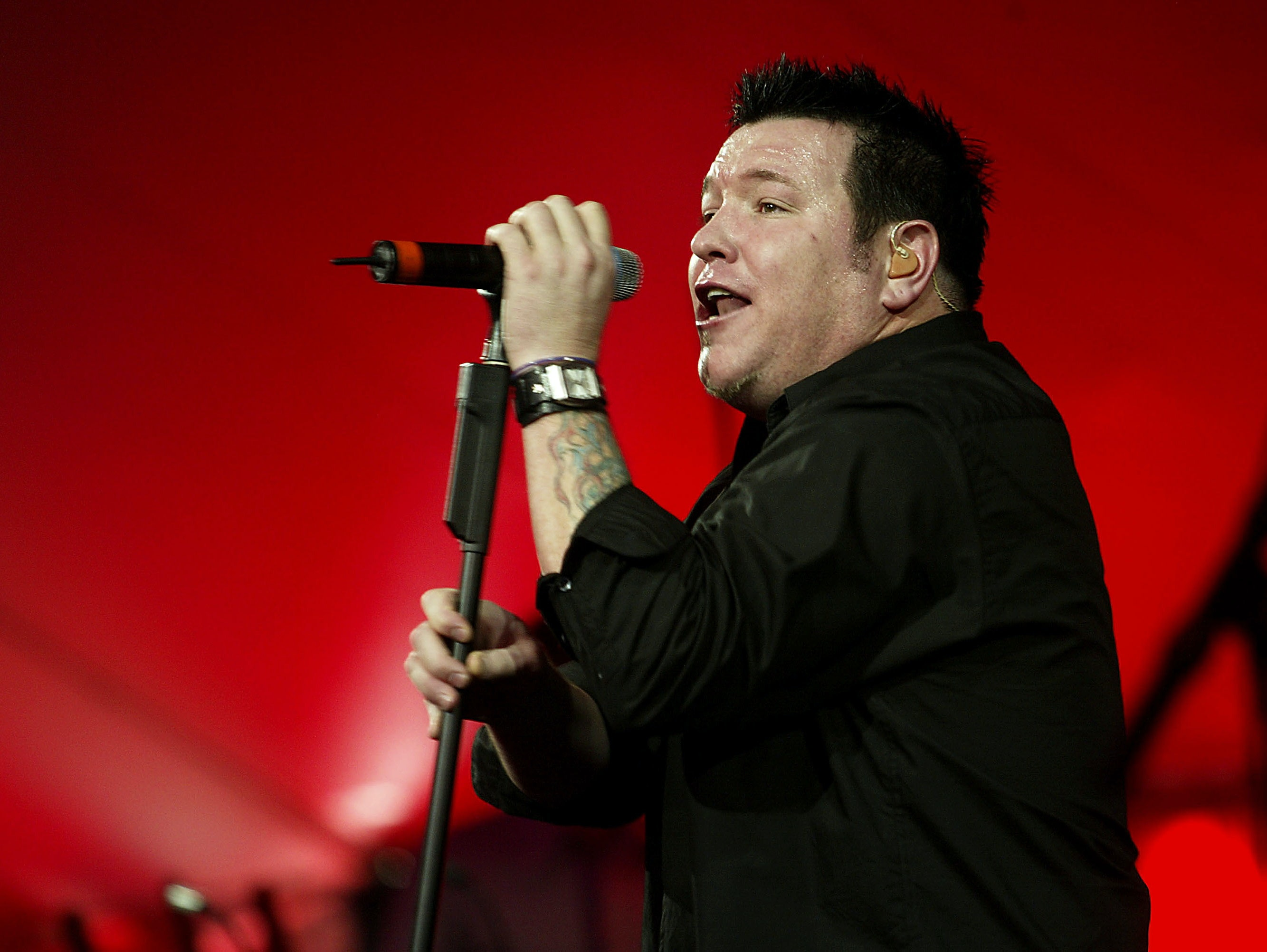 LOS ANGELES - NOVEMBER 8:  Smash Mouth, with singer Steve Harwell, performs at the after-party for 'Dr. Seuss' Cat In The Hat' at the Universal Studios Cinema on November 8, 2003 in Los Angeles, California. (Photo by Kevin Winter/Getty Images)