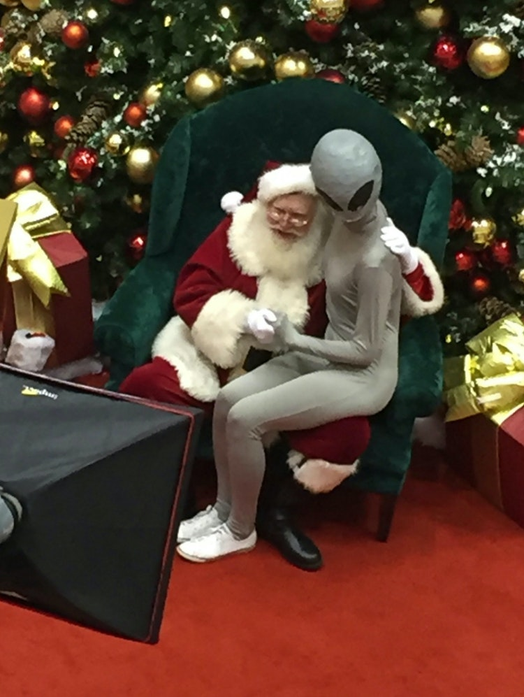 Auto Mall 59 >> Santa Claus Poses With Alien Sitting On His Lap for Christmas | Inverse