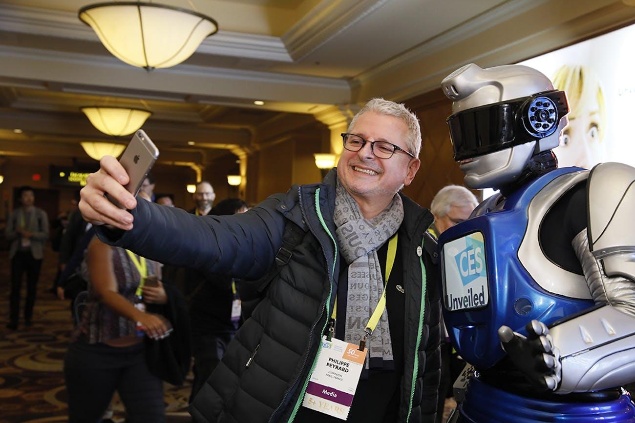 Robot CES Asia 2017 selfie journalist