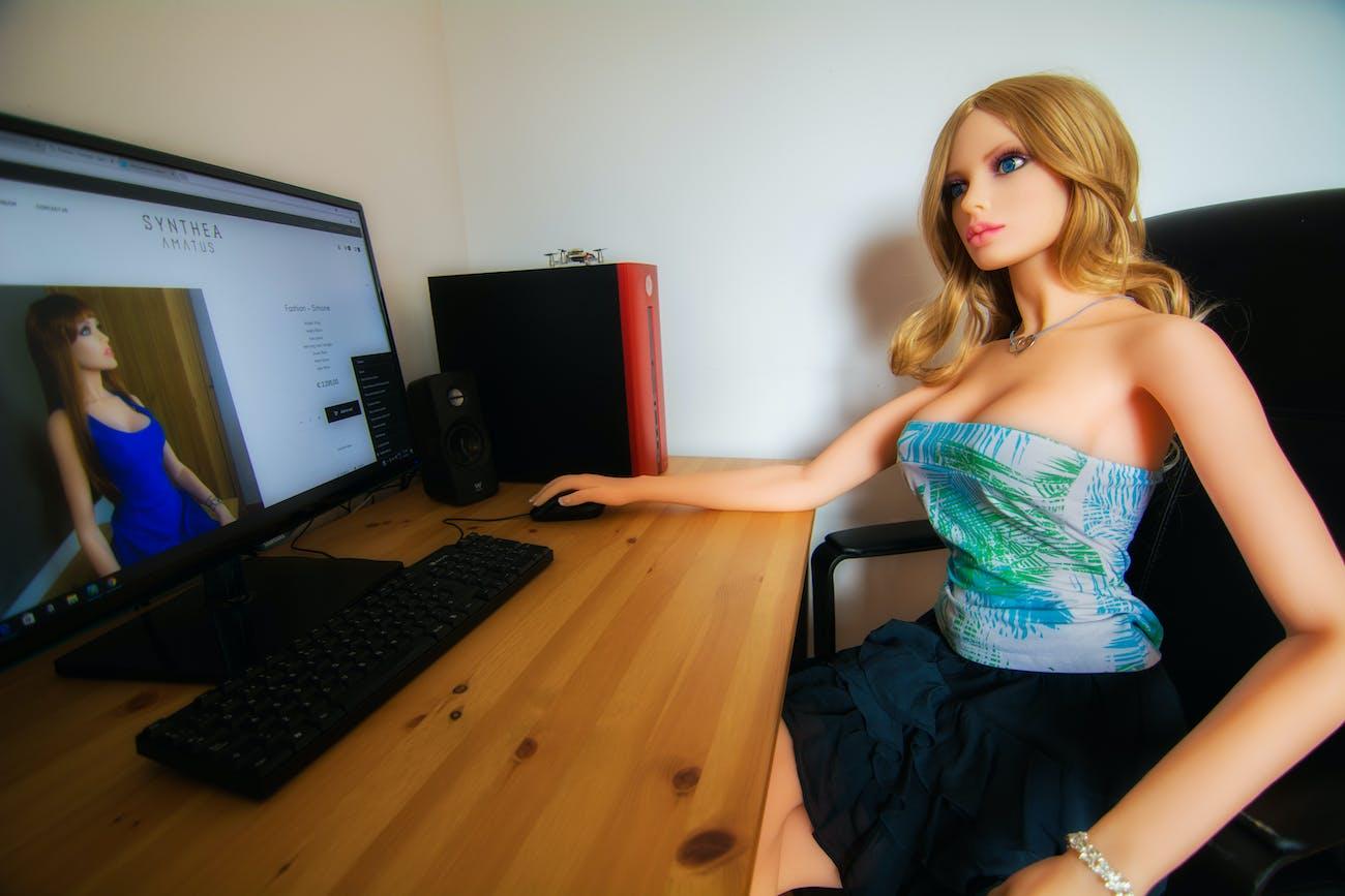 Samantha sat at a computer.