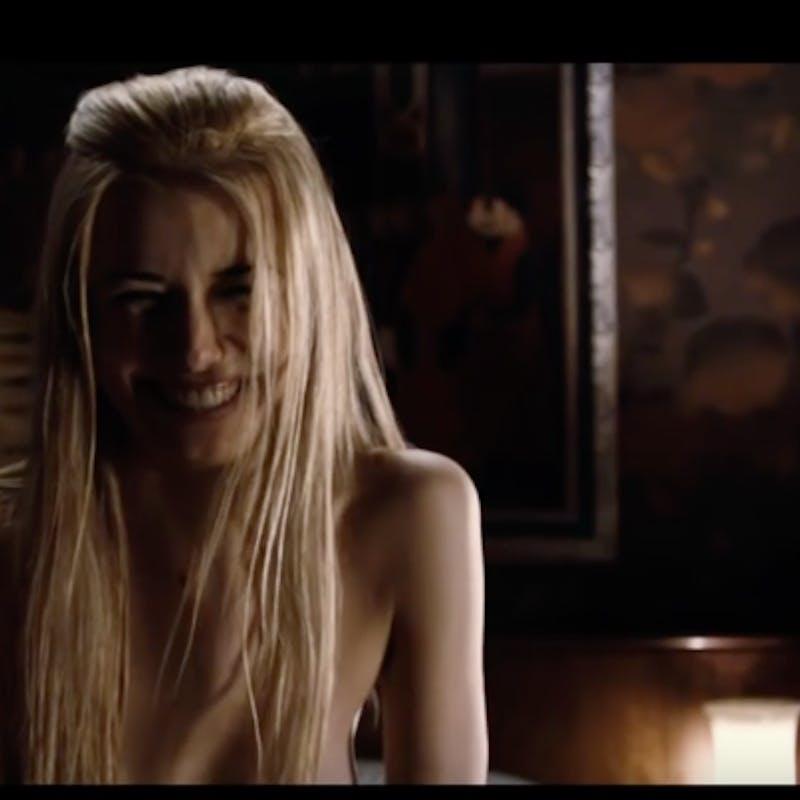 Nacktes Mädchen des Parfümfilms, Xxgifs schwarzhaariges Mädchen wird von einem weißen Schwanz gefickt