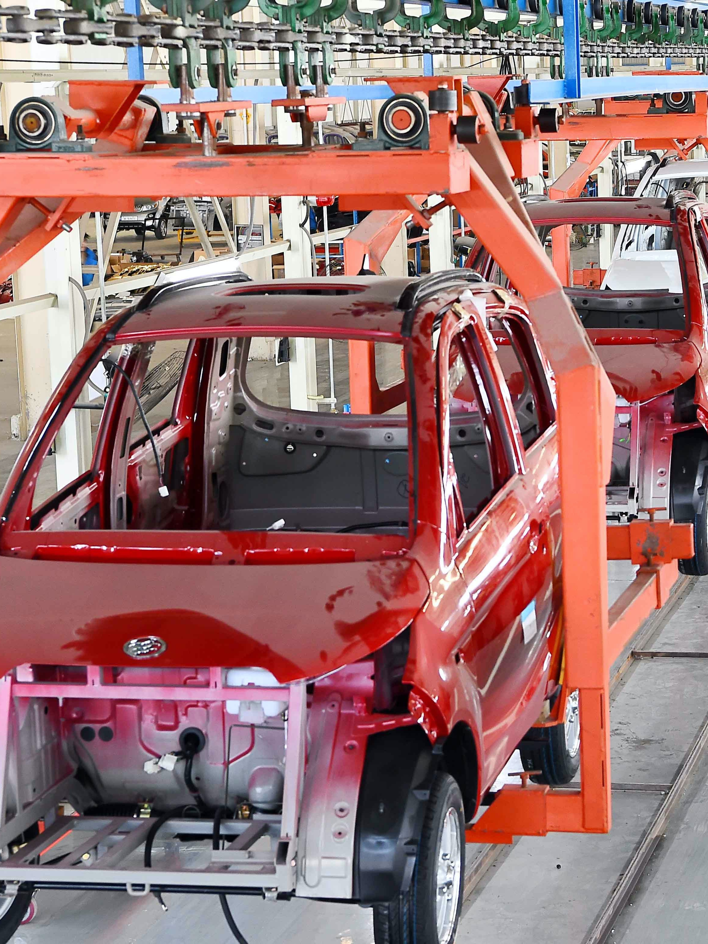 WEIFANG, CHINA - MARCH 01: (CHINA OUT) Workers assemble electric automobiles at a workshop in Qingzhou City on March 1, 2016 in Weifang, Shandong Province of China. The manufacturing sector in China continued to contract in February, and at a faster pace, with a PMI score of 49.0, the National Bureau of Statistics said on Tuesday. (Photo by VCG/VCG via Getty Images)