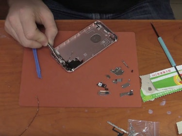 This Guy Built His Own iPhone 6s From China's Electronics Markets