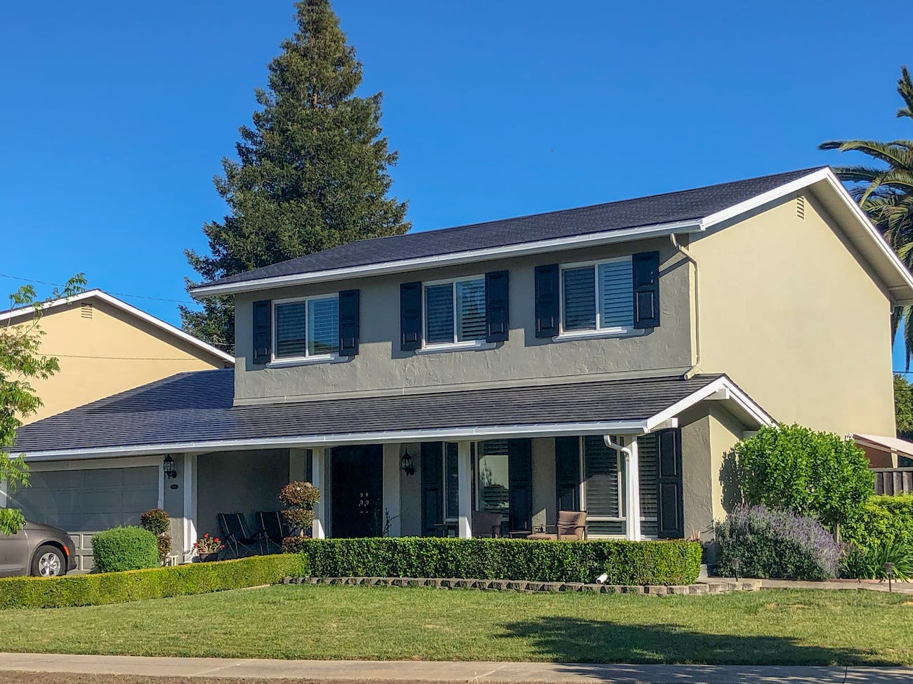 Amanda Tobler's house in California with a Tesla Solar Roof.