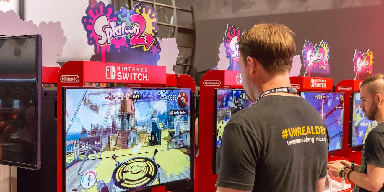 Besucher spielen Splatoon 2 auf der Nintendo Switch
