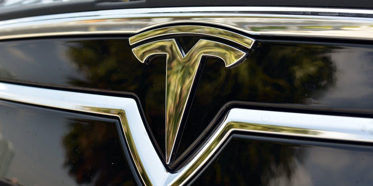 EVS_Tesla_Model_S_Front_Logo_EXCU