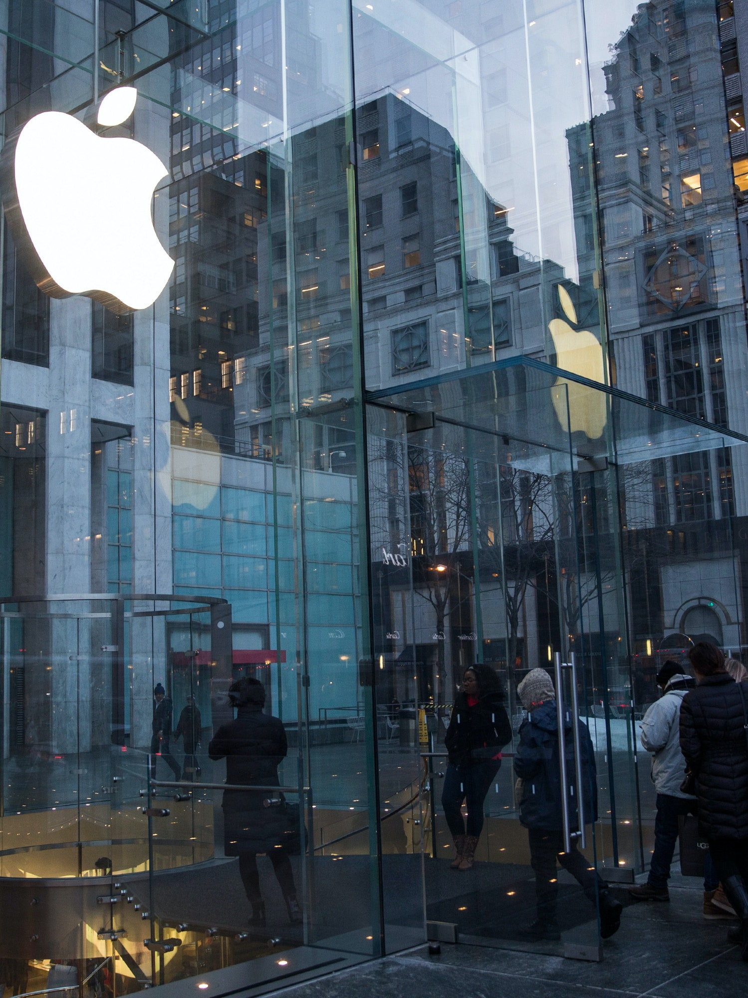 NEW YORK, NY - JANUARY 26:  The Apple store on Fifth Avenue is seen on January 26, 2016 in New York City. This afternoon Apple reported the slowest iPhone earnings since 2007.  (Photo by Andrew Burton/Getty Images)