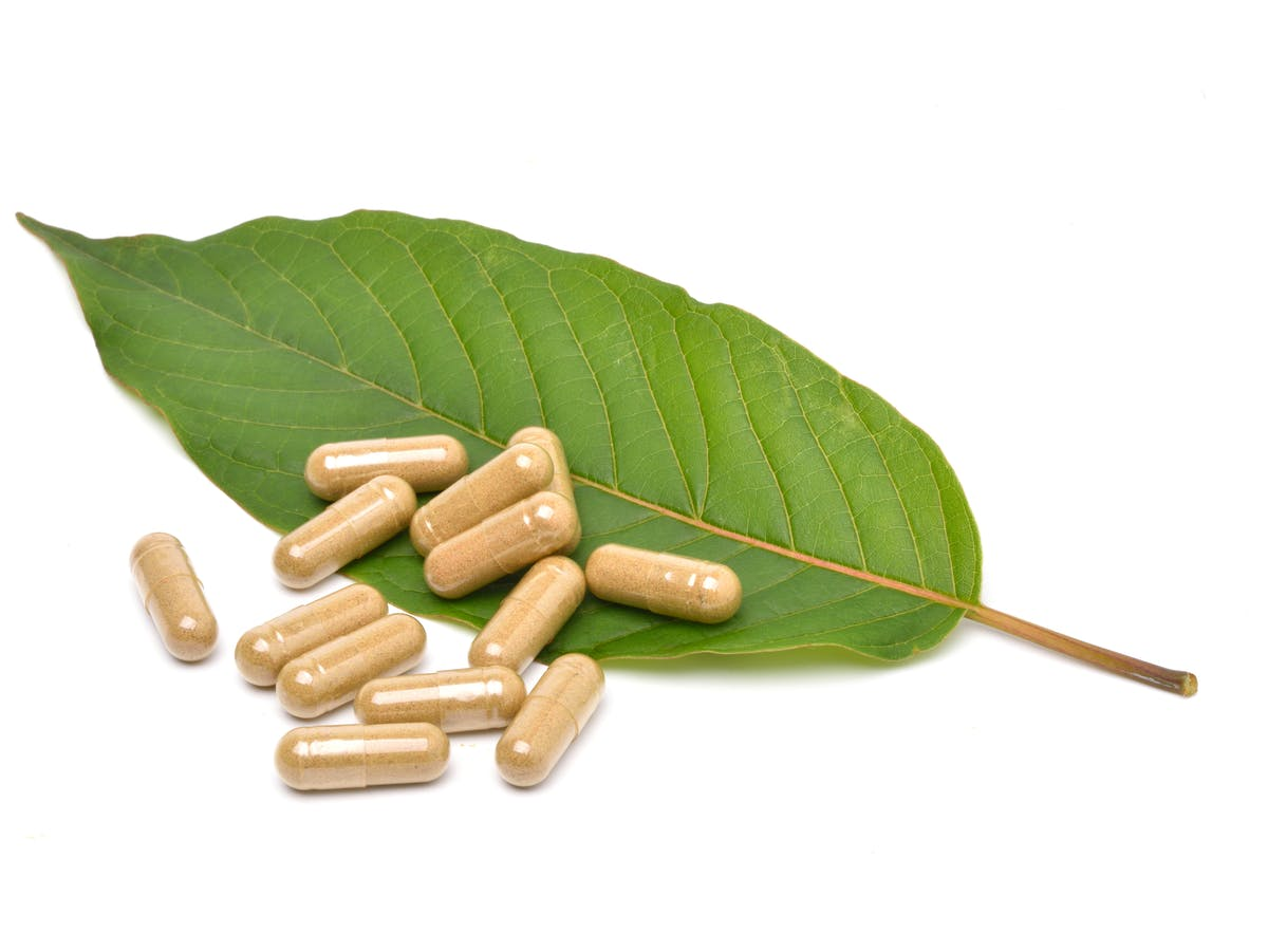 kratom leaf and capsules